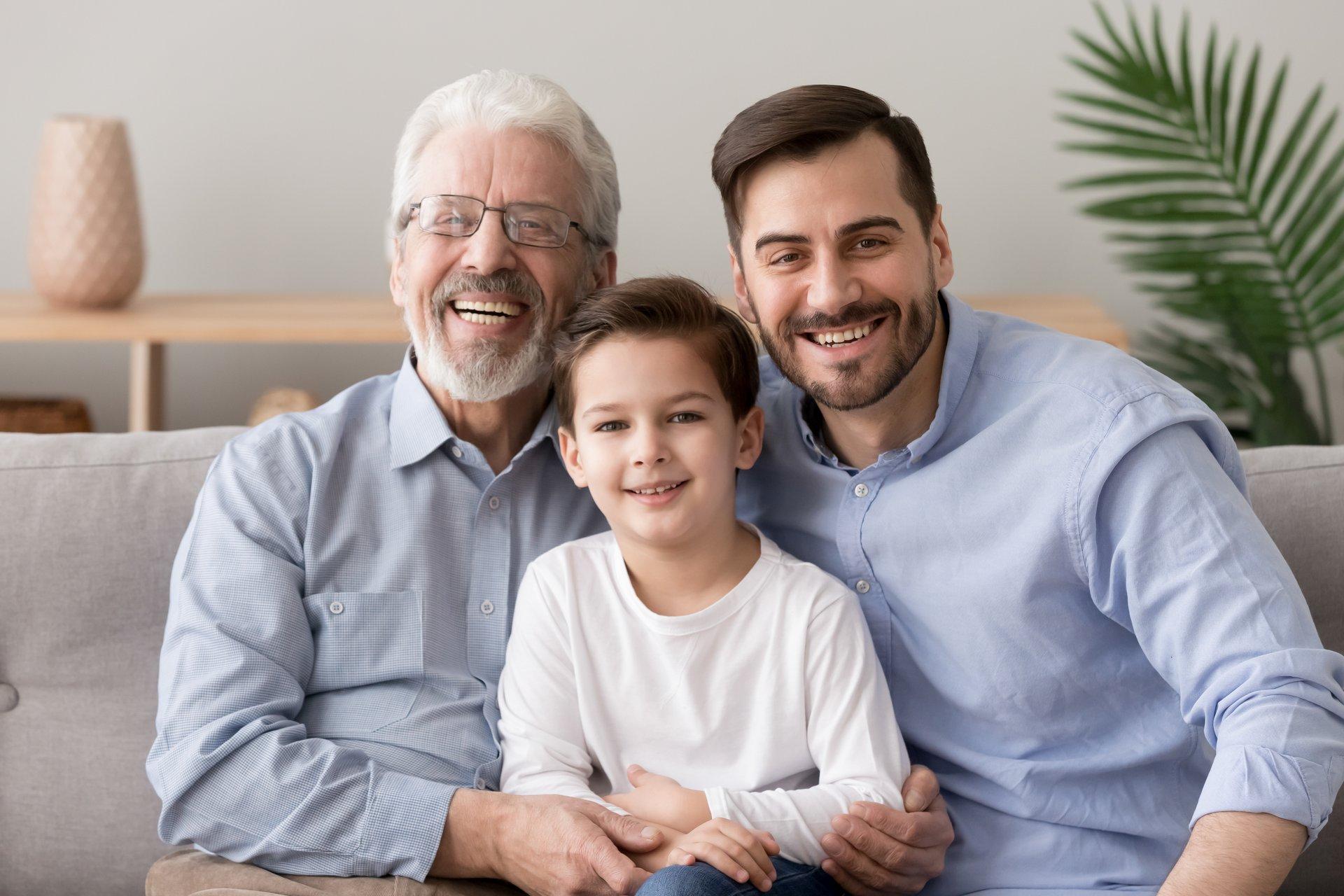 Drei Generationen sitzen zusammen auf der Couch